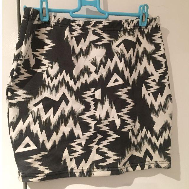 Black & White Skirt size:Small
