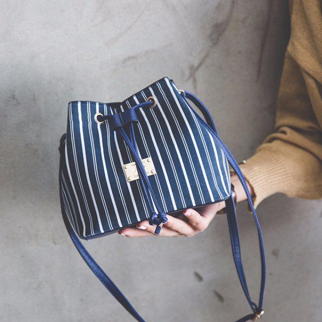 韓 秋季新款藏藍條紋水桶包