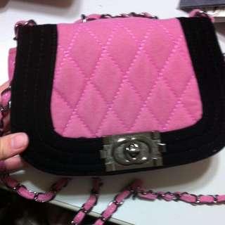 粉紅肩背小包