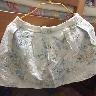 米黃色短裙