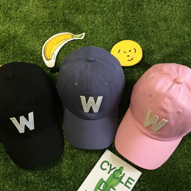 W字母帽子,韓妞必備,特價100,現貨黑,粉