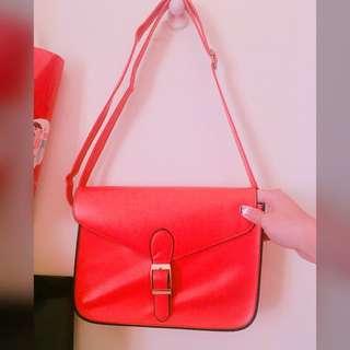 桃紅色斜背包