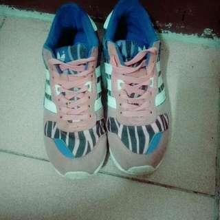 adidas女運動鞋