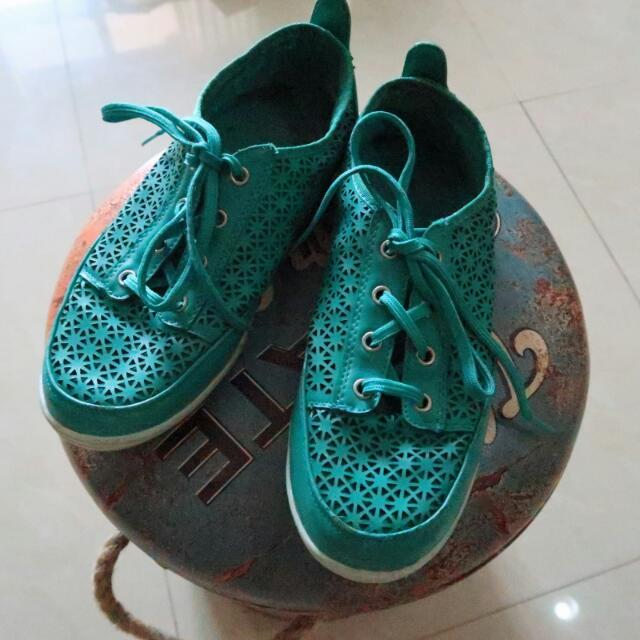 Sepatu Warna Hijau (Japan)