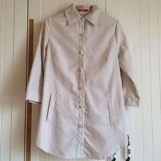 caco品牌質感米咖色七分袖布鈕扣直條紋抓皺腰身長版襯衫
