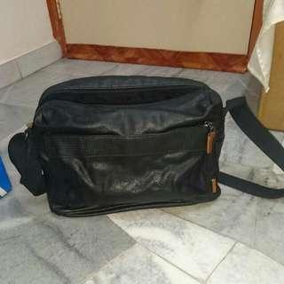 Esprit man Leather Sling Bag (black)