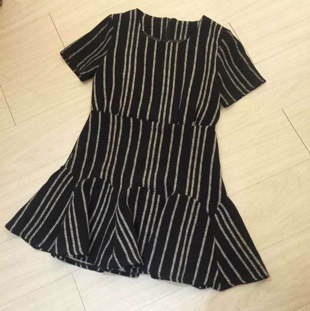 正韓特賣,紋理線條短袖合身洋裝,黑