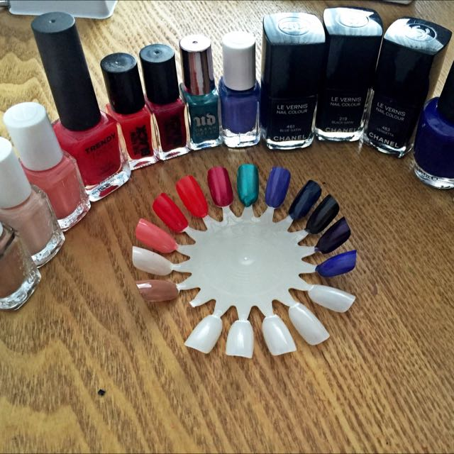 Ada 4 warna essie, 2 the new black, 1 urbandecay, 3 chanel, 1 trendy nails-nya the face shop, 1 opi.