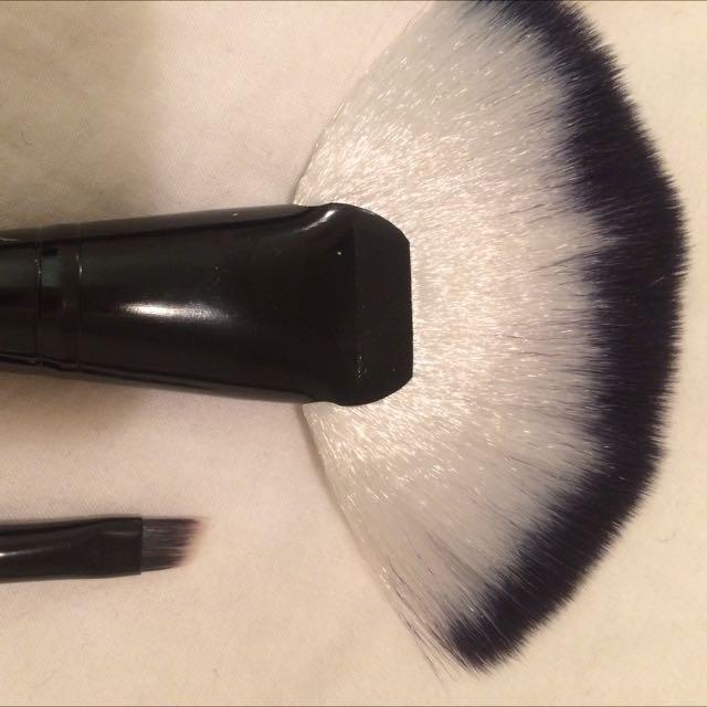 Fan Brush And Eyebrow Brush / Eyeliner Brush