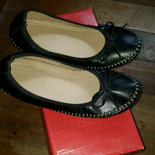 920eb8509f369 CLN Black Shoes (Size 37)