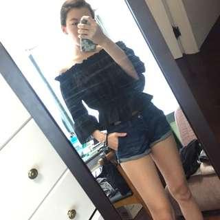 黑色平口上衣+深藍彈性短褲