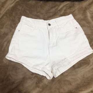白色捲邊短褲