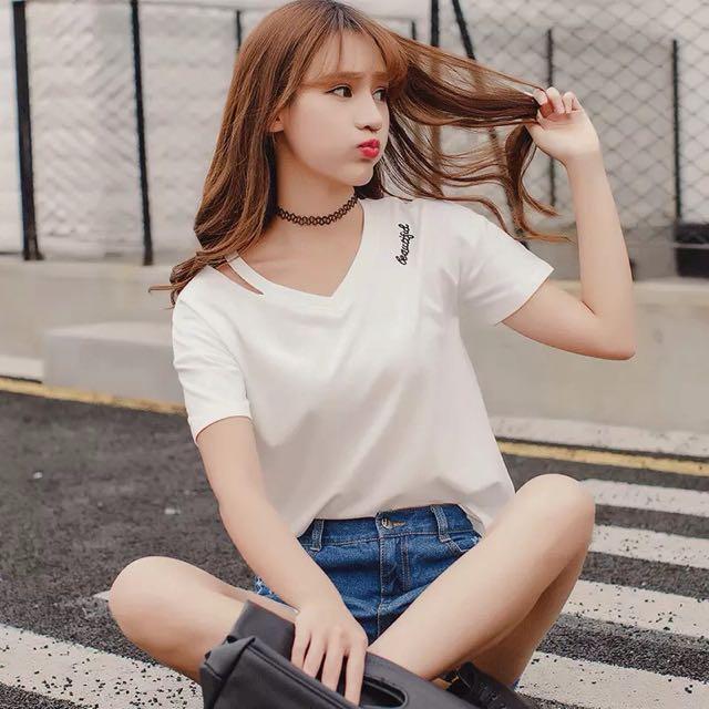 衣服太多 便宜售 韓版 V領 字母 短袖 上衣 女 鎖骨
