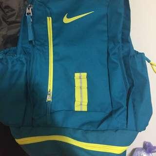 Nike登山運動背包 內有 各式鞋子 球衣 牛仔褲 外套