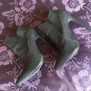Novo - Heel Boots. Size 5 - 6