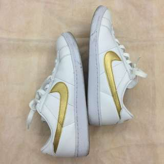 9成5新 NIKE正品 白底金勾球鞋(Size US 7)