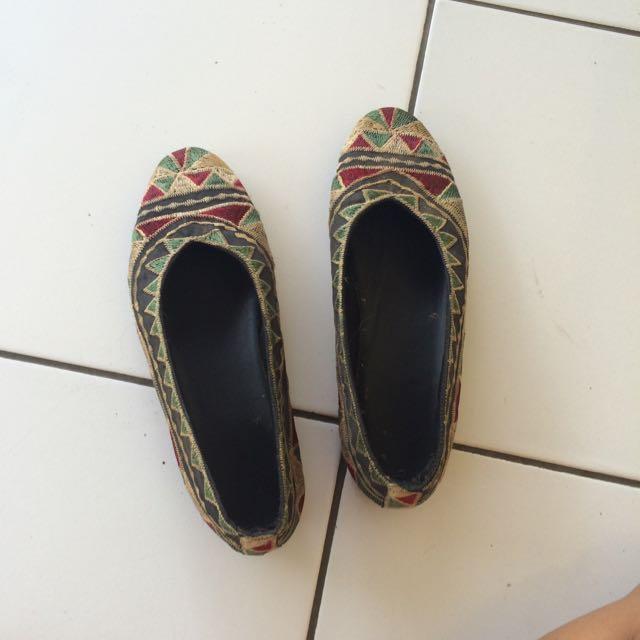 Sepatu Etnik