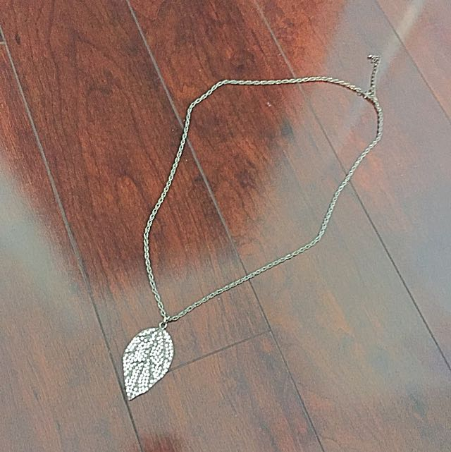 Necklace With Leaf Pendant And Chain