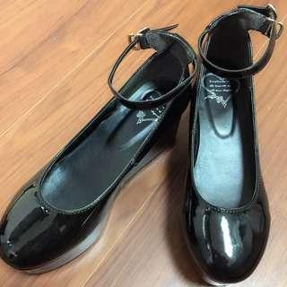 黑色漆皮瑪麗珍鞋