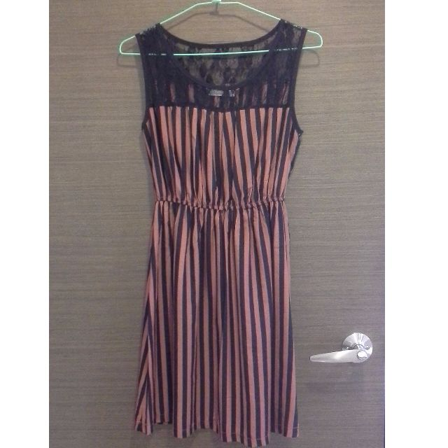 蕾絲簍空透膚橘黑直條紋洋裝