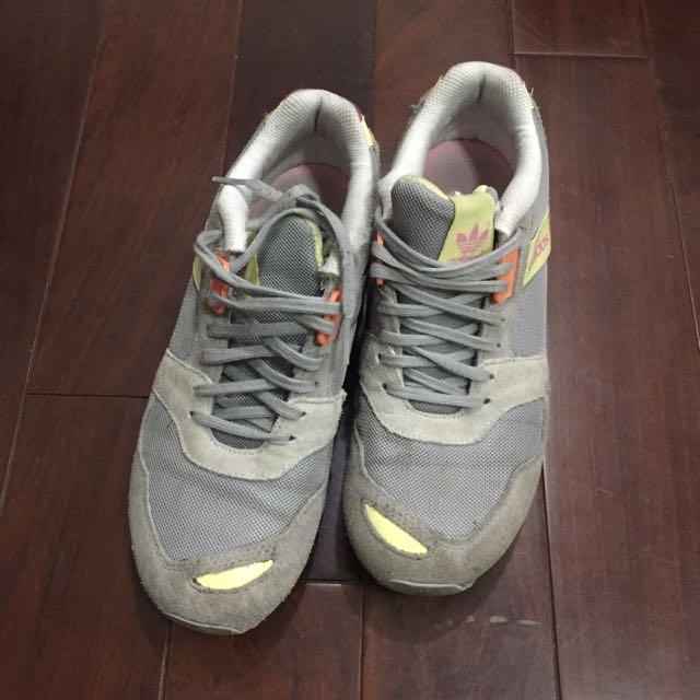 Adidas 灰色運動鞋