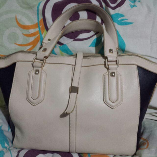 2nd hand authentic charles and keith bag With Detachable Strap