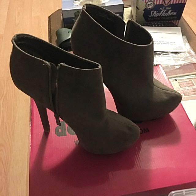 Brand New In Box Dollhouse Taupe Heeled Booties Size 8