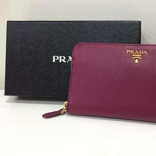 Prada-全新經典浮雕logo皮革壓紋拉鍊長夾.-限量紫梅色