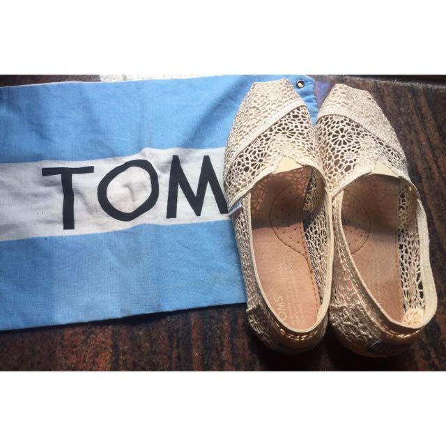 TOMS 簍空蕾絲雕花便鞋