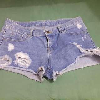 Ripped short pants