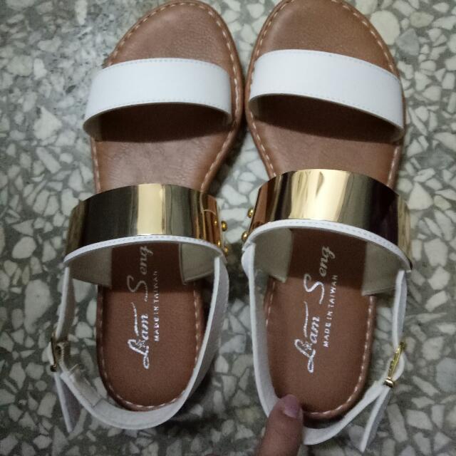 金屬片涼鞋