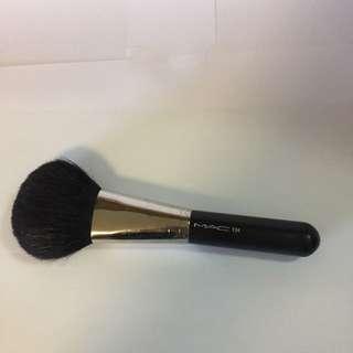 MAC 134 large powder brush