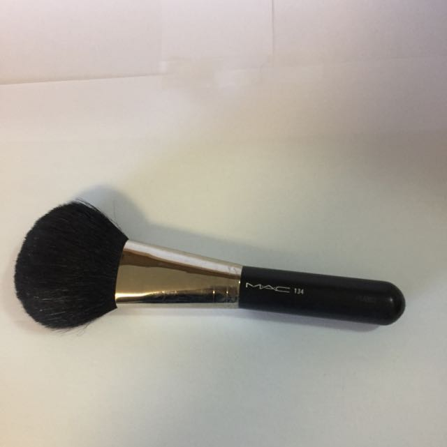 MAC 134 large powder brush