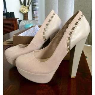 Novo Size 6 Heels