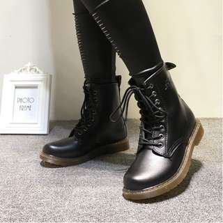 🚚 個性8孔馬汀靴英倫風復古馬丁靴短筒短靴雨靴黑色Dr.Martens款可參考 35-40