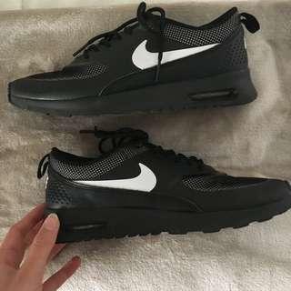 Nike Theas Size 8
