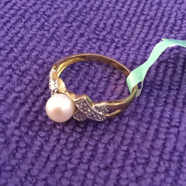 10ct Yellow Gold,diamond and Pearl Ring. Will take offers.
