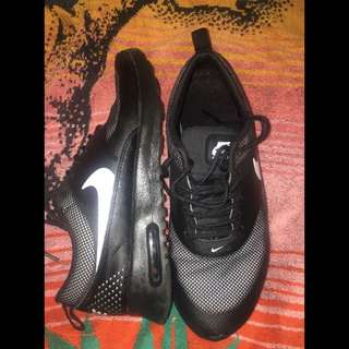 Black And White Nike Thea (size 7)