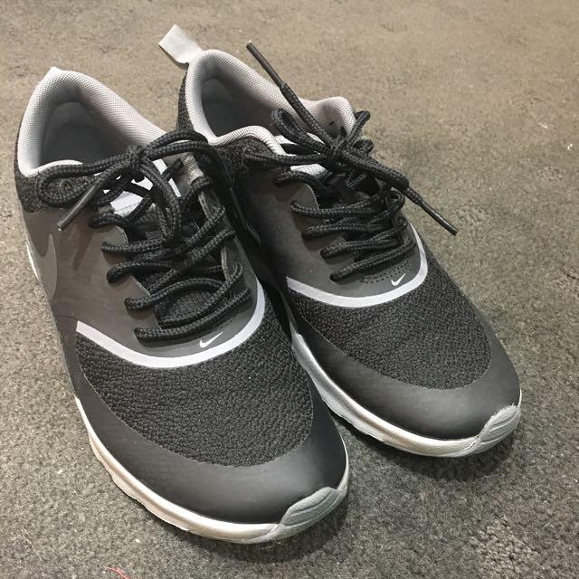 Nike Black Theas Size 5
