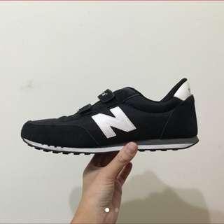 New balance 黑色魔鬼氈童鞋/23.5-24cm