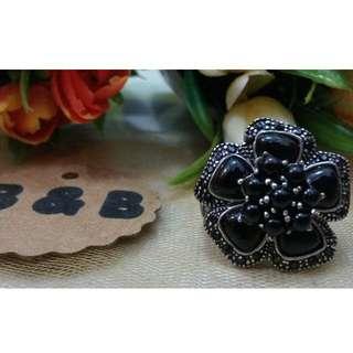 Cincin bunga hitam