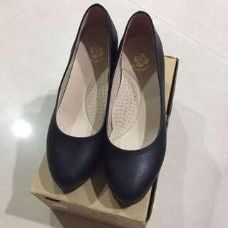 黑色素面高跟鞋$350