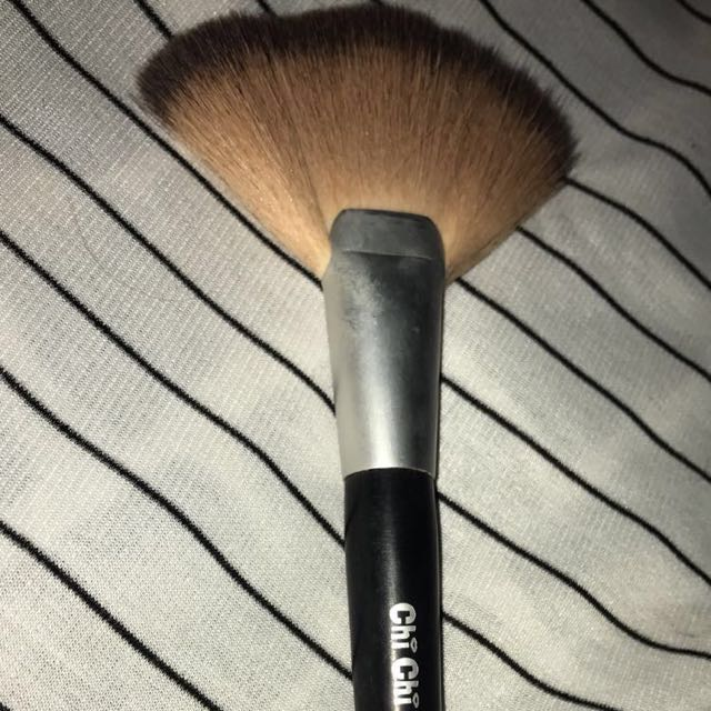 Chi Chi fan brush