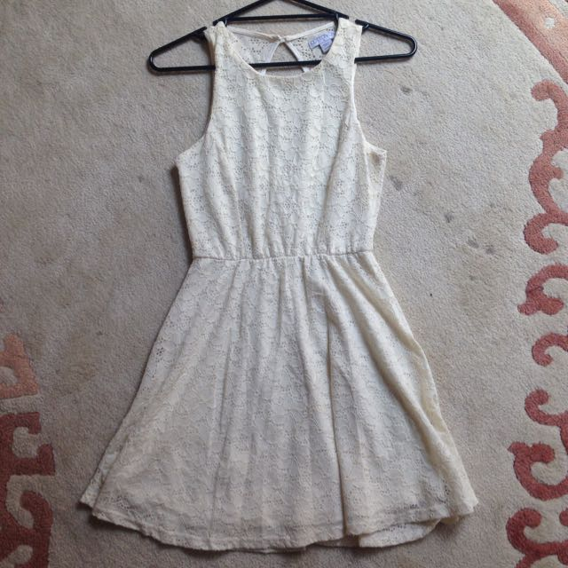 Cute Off-White Dress With Key-hole Back