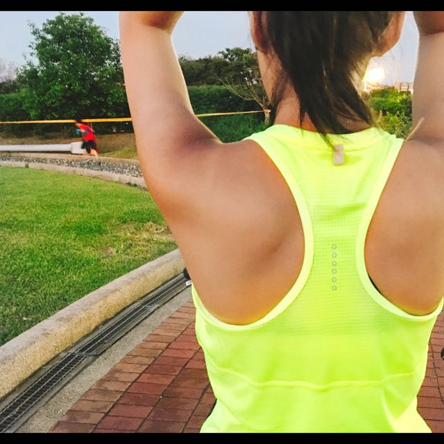 【抱哥。雜貨舖】~《現貨》100%正品NIKE-女運動高透氣背心686881-010-黑、螢光綠