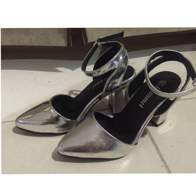 全新*銀色尖頭粗跟鞋