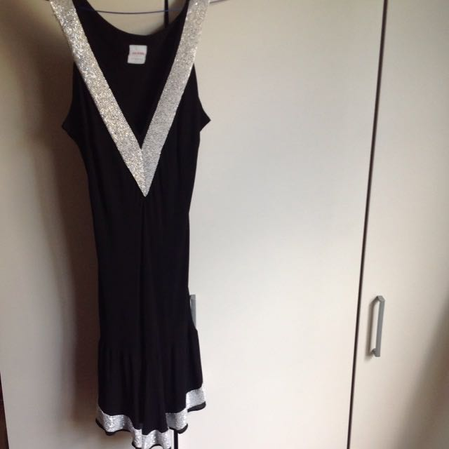 BLACK TIGHT DRESS WHITE BEADS V NECK