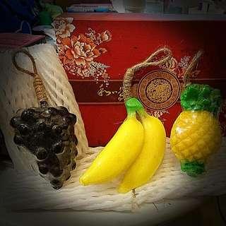 """全新曼谷帶回水果造型皂! 有鳳梨 紫色葡萄 香蕉---- 實在非常逼真又可愛"""" 每一種水果都有濃郁己香味 背後還有絲瓜可以去角質非常好用 用上面有繩可以吊掛在水龍頭周圍使用 非常的方便, 水果香味非常的濃鬱 送禮自用兩相宜  水果皂一個88- 一次3種都購買250元"""