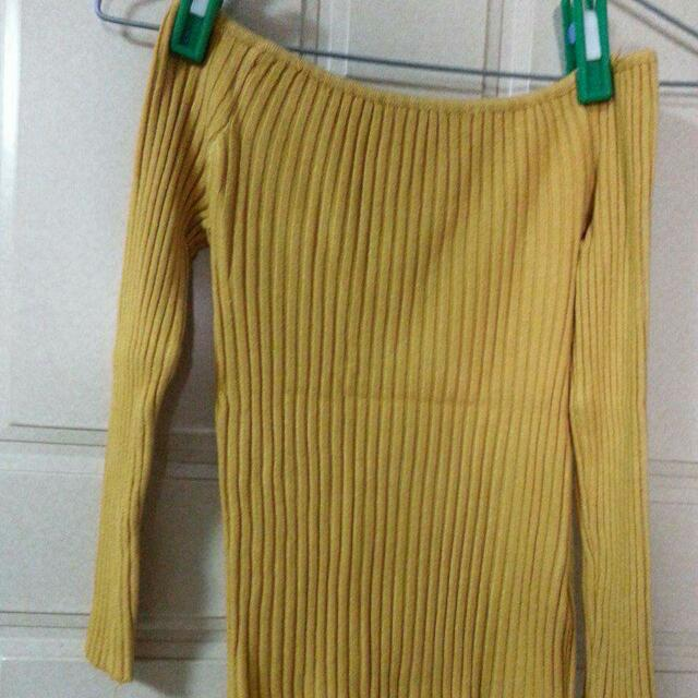 芥黃色露肩一字領針織上衣
