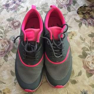 Nike Women's Show Size 8 1/2